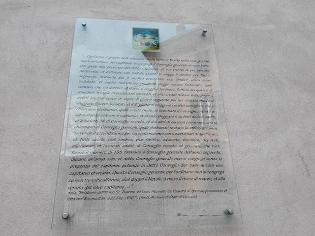 La targa affissa sulla facciata